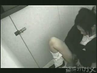 【JKの潮ふき・オナニー動画】【素人】学校の便所で性に貪欲なJKの下品過ぎる自慰行為を盗撮