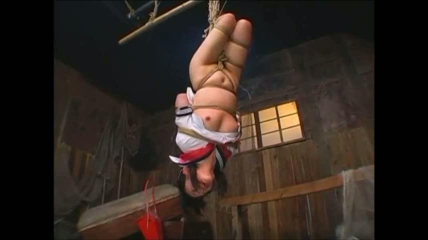 女子校生姿の日高ゆりあが緊縛され逆さ吊りされるハードSM。全身を鞭で何度も叩かれ涙と鼻水でグチャグチャになる。